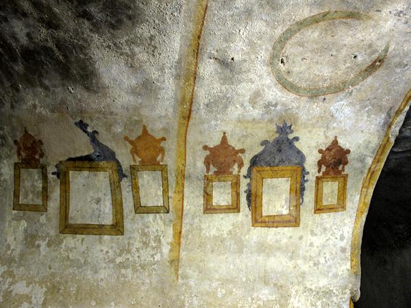 Una serie di murali dipinti dai prigionieri che per secoli hanno abitato la Cisterna dei Carcerati. Sembrano rappresentare alcune cornici sovrastate da simboli forse funerari, e altri di ancor più dubbio significato.