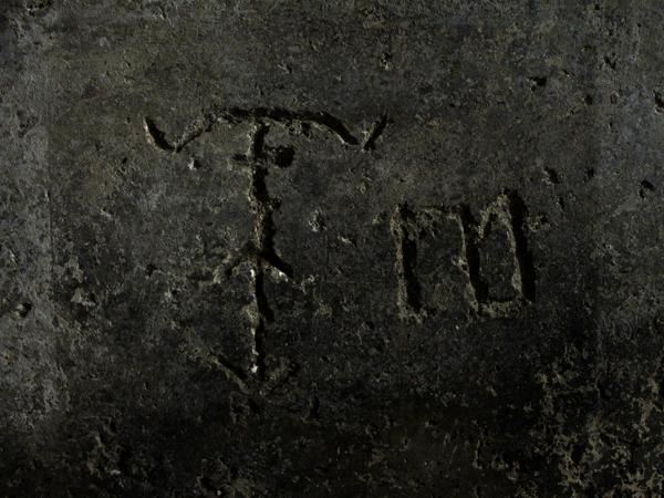 Simboli incisi dai prigionieri che per secoli hanno abitato la Cisterna dei Carcerati. Dall'aura esoterica ma probabilmente di natura religiosa, anche se non ci sono certezze sul loro reale significato.