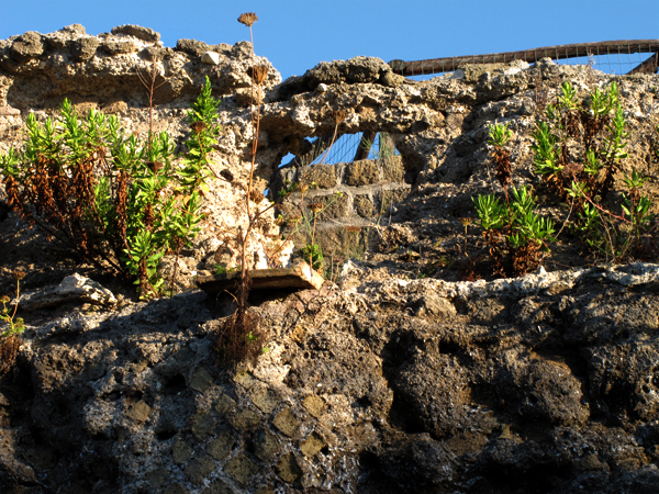 La pendenza naturale dell'isola di Ventotene faceva sì che l'acqua scendesse verso il sito della cisterna, dal cui piano si immetteva poi a cascata nella sottostante caverna scavata dai Romani nel tufo.