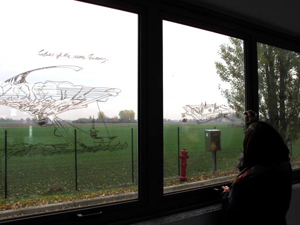 Zootropio – Eléonore Grassi disegna sull'installazione di Enrico Vezzi 'What We Are Coming To', 2011.