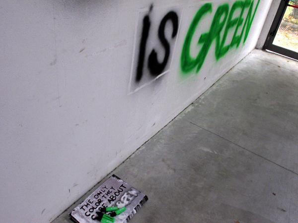 Zootropio – Enrico Vezzi, 'What We Are Coming To', installazione (spray, fogli A3, evidenziatori verdi), 2011.