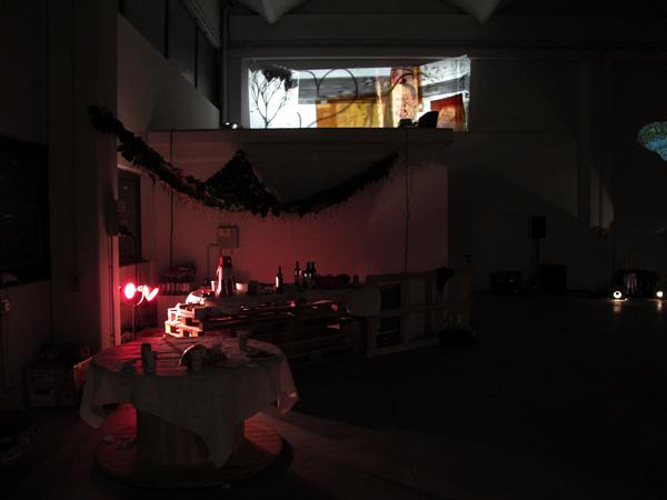 Zootropio 5/6-11-2011 – Fedra Boscaro, 'Ritratto di famiglia', installazione di 5 proiettori, 2010. Dania Rotatori, 'Mimesi', copertura di foglie, 2011.