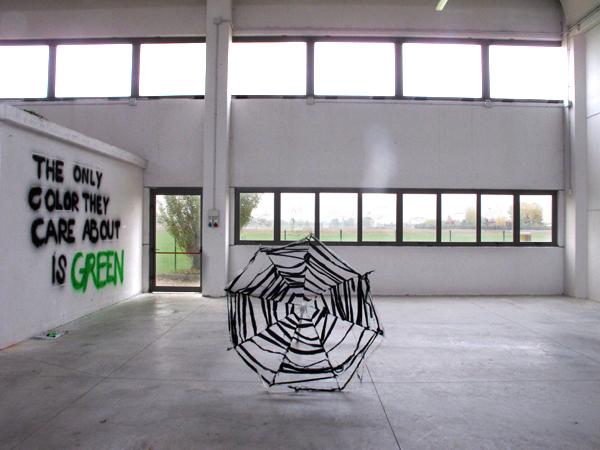 Zootropio – Enrico Vezzi, 'What We Are Coming To', 2011. Dania Rotatori, 'Untitled (Ombrellone)', installazione (ferro, tessuto), 2011.