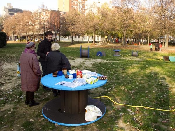 Enrico Vezzi conversa con alcune signore del luogo all'inaugurazione dell'opera di arte pubblica Let's Take a Position al parco Parker-Lennon di Bologna