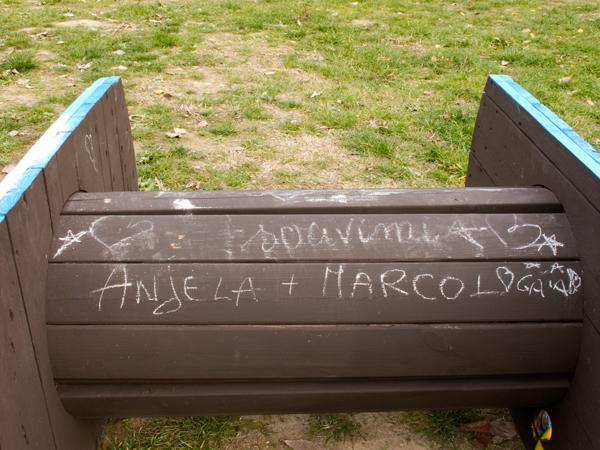 Scritte compaiono su Let's Take a Position, l'opera di arte pubblica di Enrico Vezzi al Parco Parker-Lennon di Bologna